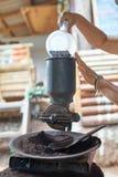 Il chicco di caffè è versato alla macchina della smerigliatrice Fotografia Stock Libera da Diritti