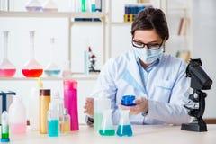 Il chimico del laboratorio che controlla bellezza ed i prodotti di bellezza Fotografia Stock
