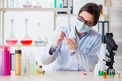 Il chimico del laboratorio che controlla bellezza ed i prodotti di bellezza Fotografie Stock