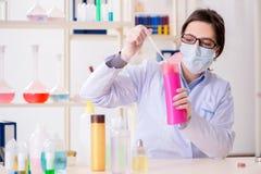 Il chimico del laboratorio che controlla bellezza ed i prodotti di bellezza Immagine Stock Libera da Diritti