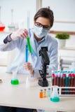 Il chimico del laboratorio che controlla bellezza ed i prodotti di bellezza Fotografia Stock Libera da Diritti
