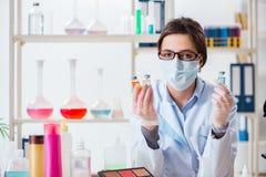 Il chimico del laboratorio che controlla bellezza ed i prodotti di bellezza Immagini Stock Libere da Diritti