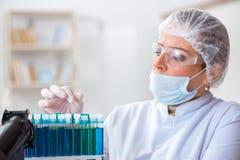 Il chimico della donna che lavora nel laboratorio della clinica dell'ospedale Immagini Stock