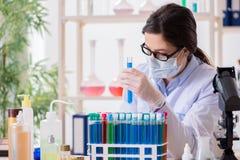 Il chimico femminile che lavora nel laboratorio dell'ospedale Fotografie Stock Libere da Diritti