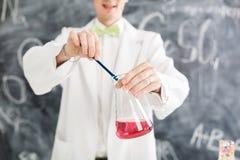 Il chimico porta l'esperimento di chimica in laboratorio Fotografia Stock