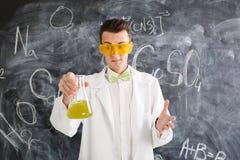 Il chimico porta l'esperimento di chimica in laboratorio Immagine Stock