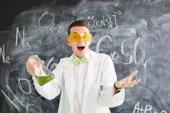 Il chimico porta l'esperimento di chimica in laboratorio Fotografia Stock Libera da Diritti