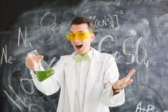 Il chimico porta l'esperimento di chimica in laboratorio Immagini Stock Libere da Diritti