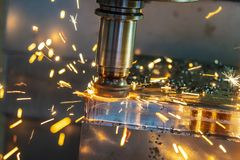 Il chip caldo sulla macchina di CNC da usura dell'attrezzo immagini stock