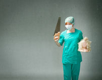 Il chirurgo con ha visto e testa a disposizione immagini stock libere da diritti