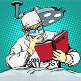 Il chirurgo prima di chirurgia sta leggendo l'anatomia Immagine Stock