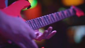 Il chitarrista gioca da solo ad un concerto stock footage