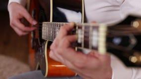 Il chitarrista gioca la chitarra nello studio video d archivio