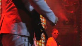 Il chitarrista irriconoscibile gioca matrice la chitarra stock footage