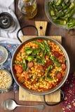 Il chorizo ed i piselli secchi rotti gialli stufano con i pomodori ed i peperoni dei padrones fotografie stock