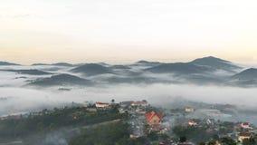 il chuch in nebbia, il piccolo villaggio in nebbia, da qualche parte vicino a Dalat, Vietnmam Fotografie Stock