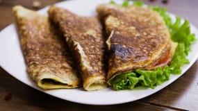 Il cibo sano per la prima colazione ha rimescolato le uova con la farina d'avena, prosciutto e formaggio, lattuga e pomodori dent Immagine Stock Libera da Diritti