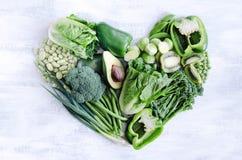 Il cibo sano, verdure verdi nel cuore modella Fotografia Stock Libera da Diritti