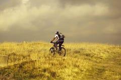 Il ciclista dell'uomo guida la bicicletta della montagna fotografia stock libera da diritti