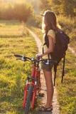 Il ciclista della donna controlla con attenzione il senso immagine stock libera da diritti