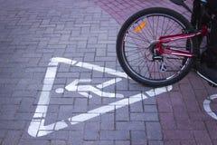 Il ciclista ha colpito un pedone Ciclo e sciabica fotografie stock