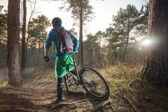Il ciclista in mountain-bike è pronto ad eliminare una traccia della strada Fotografie Stock