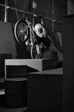Il ciclista salta sulla casella arancione in sosta Fotografia Stock