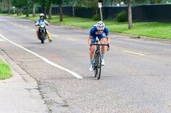 Il ciclista si avvicina all'arrivo Fotografia Stock
