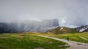 Il ciclista solo e la collina Fotografie Stock
