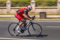 Il ciclista sprinta sulla corsa della bici Immagini Stock Libere da Diritti
