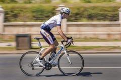 Il ciclista sprinta sulla corsa della bici Immagine Stock