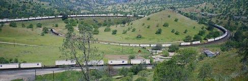 Il ciclo del treno di Tehachapi vicino a Tehachapi la California è la posizione storica della ferrovia pacifica del sud dove tren fotografie stock