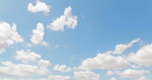 Il ciclo di bianco si rannuvola il movimento di lasso di tempo del cielo blu, libertà video d archivio