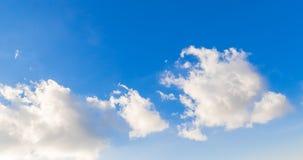 Il ciclo di bianco si rannuvola il movimento di lasso di tempo del cielo blu, video d archivio