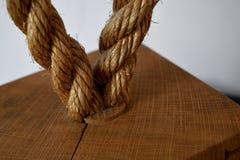 Il ciclo strutturato della corda ha messo in una boa di legno fotografia stock libera da diritti