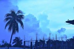 Il cielo è rosso, blu, verde e nuvoloso immagine stock libera da diritti
