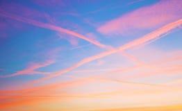 il cielo al tramonto, le nuvole è colorato rosso dal sole che in un attimo farà la stanza per la luna fotografie stock libere da diritti
