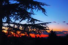 il cielo al tramonto, le nuvole è colorato rosso dal sole che in un attimo farà la stanza per la luna immagine stock
