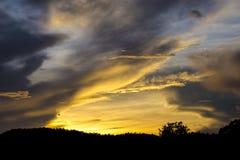 Il cielo arancio a tempo crepuscolare ha creato la luce e l'ombra Fotografia Stock