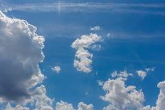 Il cielo blu con bianco si apanna la priorità bassa Immagine Stock