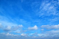 Il cielo blu con bianco si appanna 171017 0131 fotografia stock libera da diritti