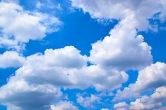 Il cielo blu con bianco si appanna 171018 0146 Fotografia Stock