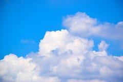 Il cielo blu con bianco si appanna 171018 0171 Fotografia Stock
