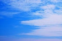 Il cielo blu con bianco si appanna 171101 0008 Fotografia Stock Libera da Diritti
