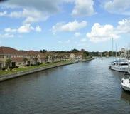 Il cielo blu con gonfio bianco si rannuvola inter costiero con gli yacht Fotografia Stock Libera da Diritti