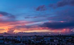 Il cielo blu con la nuvola dell'oro Immagini Stock