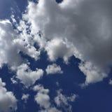 Il cielo blu con le nubi bianche fotografia stock