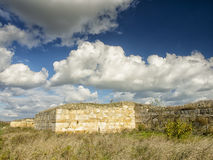 Il cielo blu drammatico con bianco si rannuvola le rovine della colonia del greco antico di Histria, sulle rive di Mar Nero Histr Fotografie Stock Libere da Diritti