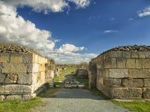 Il cielo blu drammatico con bianco si rannuvola le rovine della colonia del greco antico di Histria, sulle rive di Mar Nero Histr Immagine Stock
