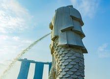 il cielo blu e la statua di Merlion a Merlion parcheggiano a Singapore Immagini Stock Libere da Diritti